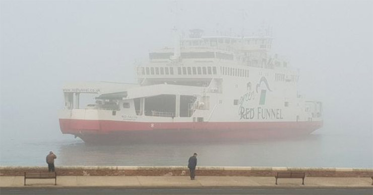 Red Funnel ferry aan de grond