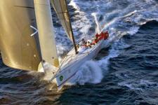 Wild Oats XI in een surf